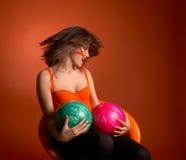 Sfere di bowling della holding della giovane donna fotografia stock