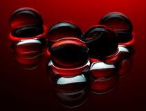 Sfere di cristallo rosse nei precedenti astratti acqua Immagine Stock
