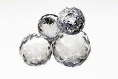 Sfere di cristallo sopra a vicenda come installazione astratta Fotografie Stock