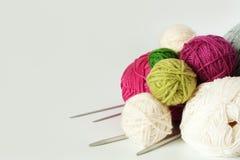 Sfere di filato per lavorare a maglia Immagini Stock