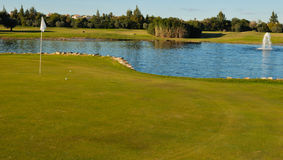 Sfere di golf in foro Fotografia Stock Libera da Diritti