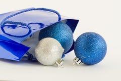 Sfere di natale e del sacchetto blu immagine stock