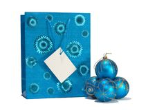 Sfere di natale e sacchetto blu del regalo Immagini Stock Libere da Diritti