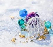 Sfere di natale nella neve Fotografia Stock