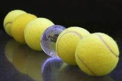 Sfere di tennis ed un globo Fotografia Stock