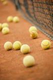 Sfere di tennis su un campo Fotografie Stock Libere da Diritti