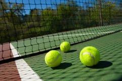 Sfere di tennis sulla corte Fotografia Stock Libera da Diritti