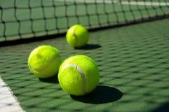 Sfere di tennis sulla corte Fotografia Stock