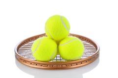 Sfere di tennis sulla racchetta Fotografie Stock Libere da Diritti