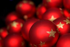 Sfere di vetro illuminate sfuocatura di natale rosso Fotografie Stock