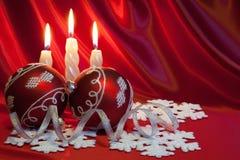 Sfere e candele di natale. Fotografie Stock