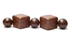 Sfere e cubi allineati del cioccolato Fotografia Stock Libera da Diritti