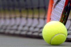 Sfere e racchetta di tennis Fotografie Stock Libere da Diritti