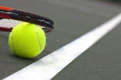 Sfere e racchetta di tennis Immagini Stock