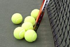 Sfere e racchetta di tennis Fotografia Stock Libera da Diritti
