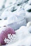 Sfere e regalo di natale in neve Fotografie Stock Libere da Diritti
