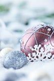 Sfere e regalo di natale in neve Fotografia Stock