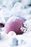 Sfere e regalo di natale in neve Fotografia Stock Libera da Diritti