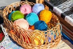 Sfere Multi-colored di filato in cestino di vimini Fotografia Stock