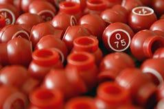 Sfere rosse di Bingo in un mucchio con O75 Immagini Stock