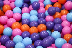 Sfere variopinte del bambino di palle di plastica colorate Multi Una stanza dei giochi del ` s dei bambini Struttura del fondo de Fotografia Stock Libera da Diritti