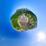 Sferisch panorama 360 mens 180 met rugzak die zich in mountai bevinden Stock Fotografie