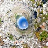 Sferisch panorama 360 tot 180 de man bevindt zich op bovenkant in het onderstel Stock Afbeelding