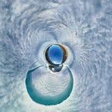 Sferisch panorama 360 180 van een mens op een ijs smeltende rivier Stock Afbeeldingen