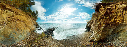 360 sferisch panorama van het strand en de rotsen op Meer Baikal Stock Foto
