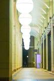 Sferische Lampekappen in een Overwelfde galerij Royalty-vrije Stock Afbeelding