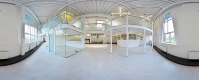 Sferische 360 van de panoramagraden projectie, panorama in binnenlandse lege gangruimte in lichte kleuren met treden en metaal st Royalty-vrije Stock Afbeeldingen