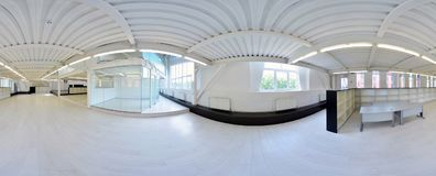 Sferische 360 van de panoramagraden projectie, panorama in binnenlandse lege gangruimte in lichte kleuren met treden en metaal st Royalty-vrije Stock Fotografie