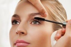 Sferze di separazione e d'arricciatura con la spazzola della mascara Fotografia Stock Libera da Diritti