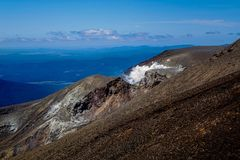 Sfiati geotermici Fuming su paesaggio vulcanico Immagine Stock