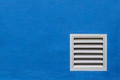Sfiato bianco sul muro di cemento blu. Immagini Stock