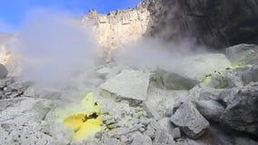 Sfiato dello zolfo sul vulcano archivi video