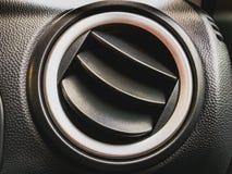 Sfiato dentro l'automobile Griglia del condizionatore d'aria e del riscaldamento immagini stock