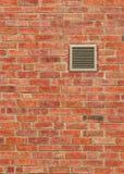 Sfiato sul muro di mattoni stagionato di Brown, modello verticale Fotografia Stock Libera da Diritti
