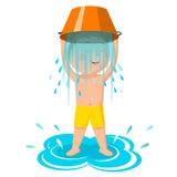 Sfida del secchio di acqua Il ragazzo versa l'acqua Uno stile di vita sano Fotografia Stock