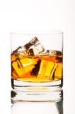 Sfida il whiskey bruciante con ghiaccio in un vetro Immagini Stock Libere da Diritti