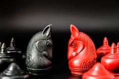 Sfida nera e rossa del pezzo degli scacchi di Thai del cavaliere su fondo nero e sul fuoco selettivo Fotografia Stock Libera da Diritti
