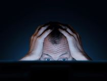 Sfide di lavoro ad un computer Immagini Stock