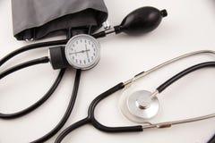 Sfigmomanometro con lo stetoscopio immagini stock