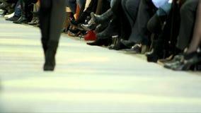 Sfilata di moda alla passerella, passeggiata sulla passerella archivi video
