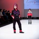 Sfilata di moda Bambini, ragazza sul podio Fotografie Stock