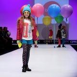 Sfilata di moda Bambini, ragazza sul podio Fotografie Stock Libere da Diritti