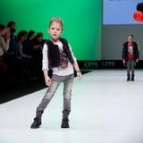 Sfilata di moda Bambini, ragazza sul podio Immagini Stock Libere da Diritti