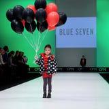 Sfilata di moda Bambini, ragazza sul podio Fotografia Stock Libera da Diritti