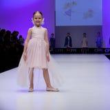 Sfilata di moda Bambini, ragazza sul podio Immagine Stock Libera da Diritti