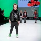Sfilata di moda Bambini, ragazzo sul podio Fotografie Stock Libere da Diritti